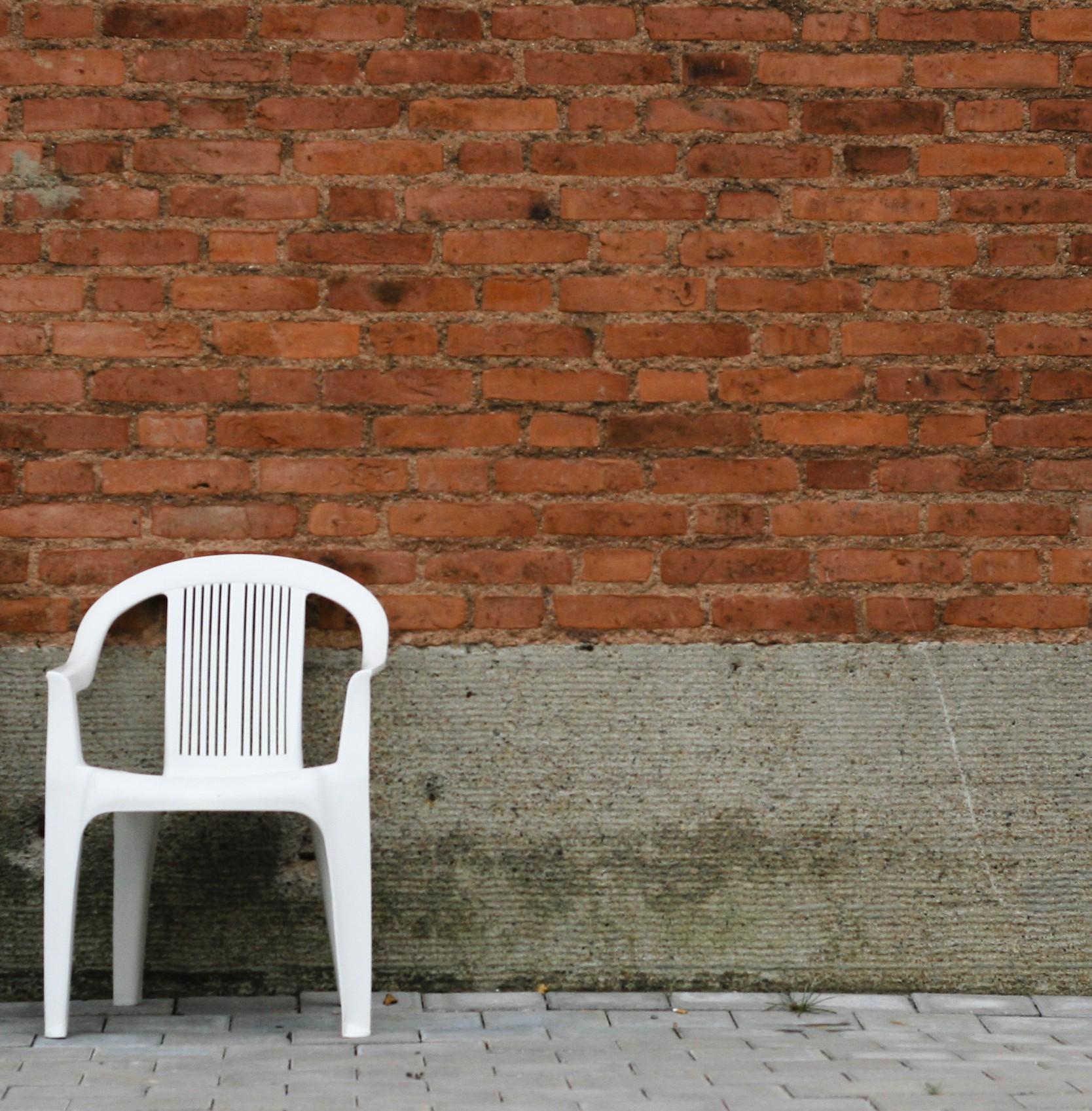 tuoli seinää vasten
