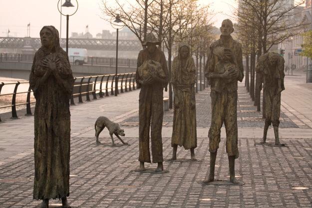 neljä patsasta kadulla