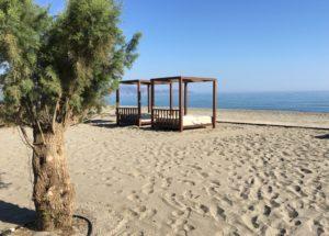 sänky rannalla