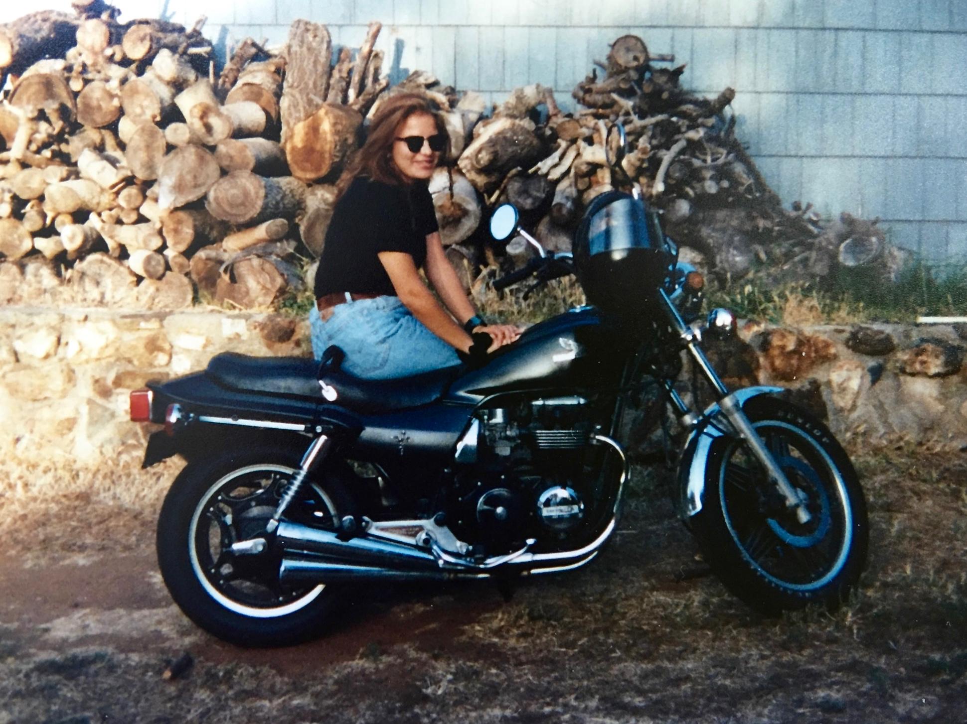 nainen moottoripyörän selässä