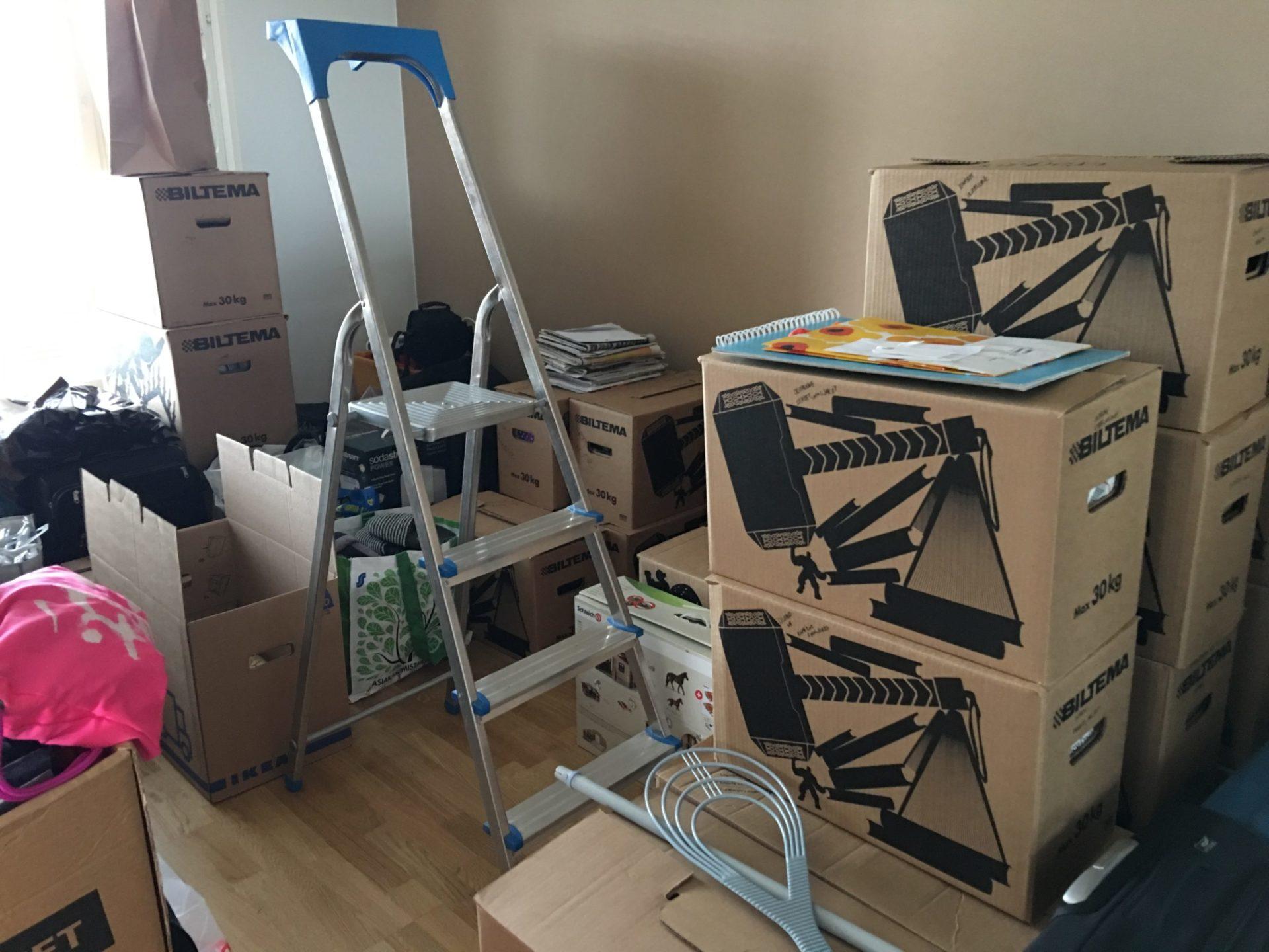muuttolaatikoiden pakkaaminen